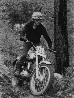 Sobre la seva Bultaco Sherpa T en Font en una de les seves participacions inicials al Trial de Sant Llorenç del Munt del 1967.